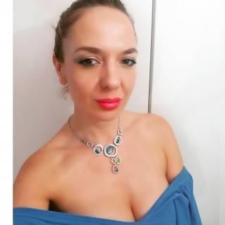 Collar Silver Blue en modelo