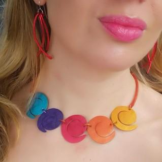 Collar espiral multicolor en modelo, pendientes de aluminio tiras rojas