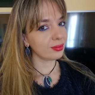 Pendientes Aurora Azules y collar Aurora en modelo