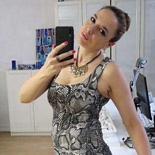 Collar Astrid Mostaza en modelo con pendientes astrid