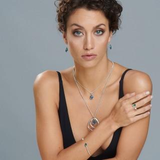 Anillo Dream en modelo junto con el collar, la pulsera, los anillos dream