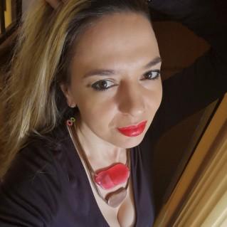 Collar Langob Tonos Rojos en modelo
