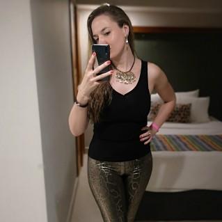 Collar Astrid Mostaza en modelo de joyas.tienda con pendientes astrid mostaza