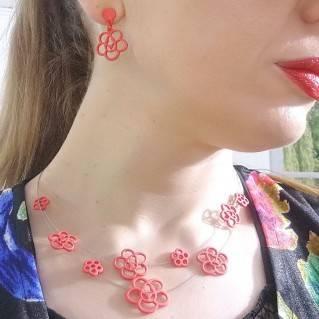 Collar Zinnia Rojo en modelo