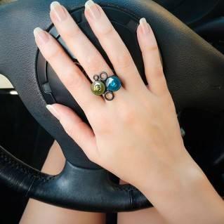 Anillo Multi Black Azul en mano de modelo